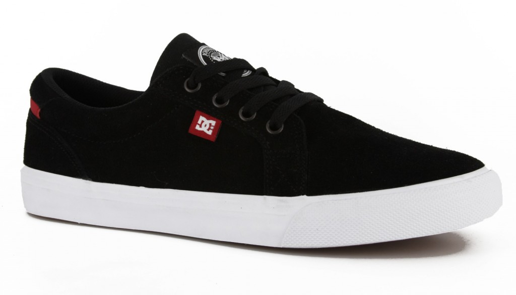 DC Shoes Argentina casuales en color negro con suela blanca
